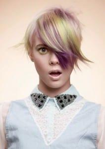 ciuffo-multicolor-su-capelli-corti