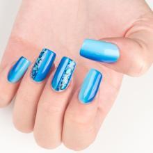 nail-art-sul-blu-che-sfuma-fino-all-039-azzurro-gioia-del-zotto-ha-disegnato-la-styline-con-effetto-maculato