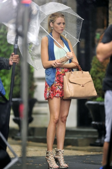 298d07d02ef05ab3_blake-lively-wearing-short-floral-skirt-returns-new-york-city-continue-filming-the-new-season-gossip-girl