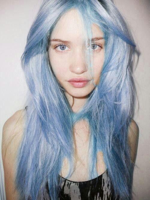 chioma-lunga-effetto-spettinato-azzurro-serenity